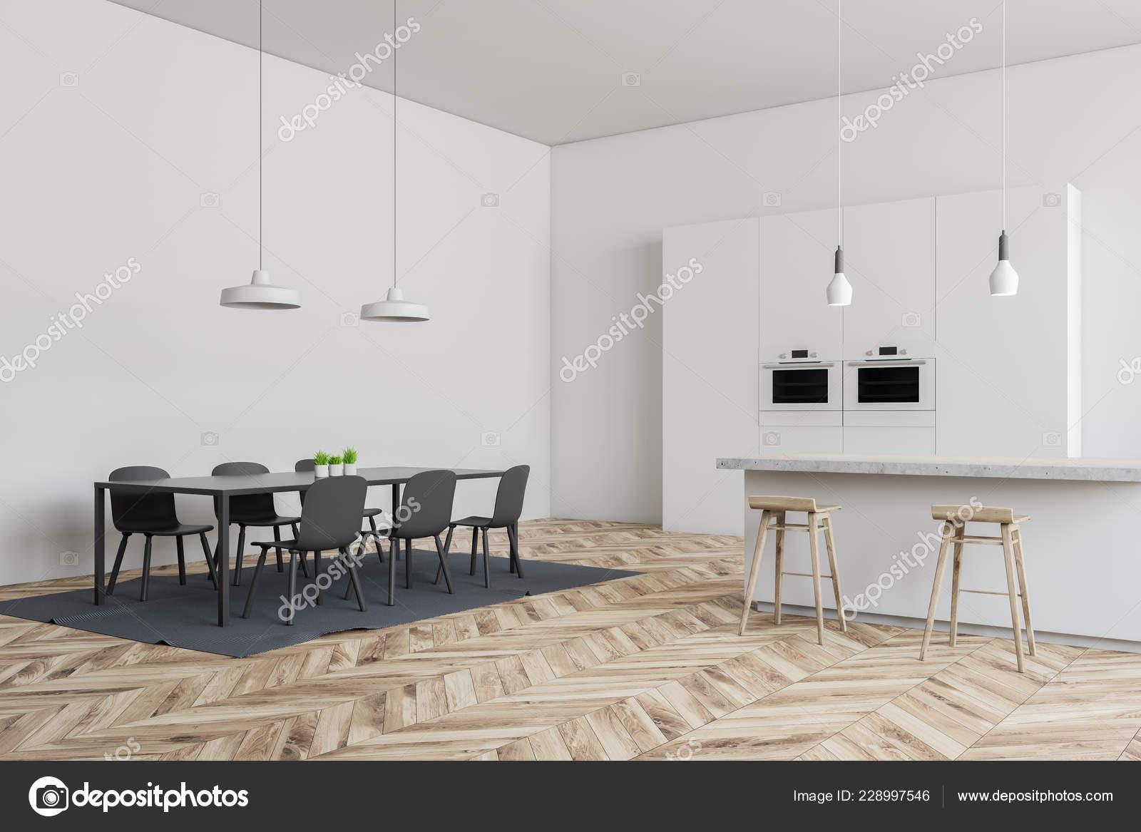 Angolo della cucina moderna con pareti bianche pavimento legno