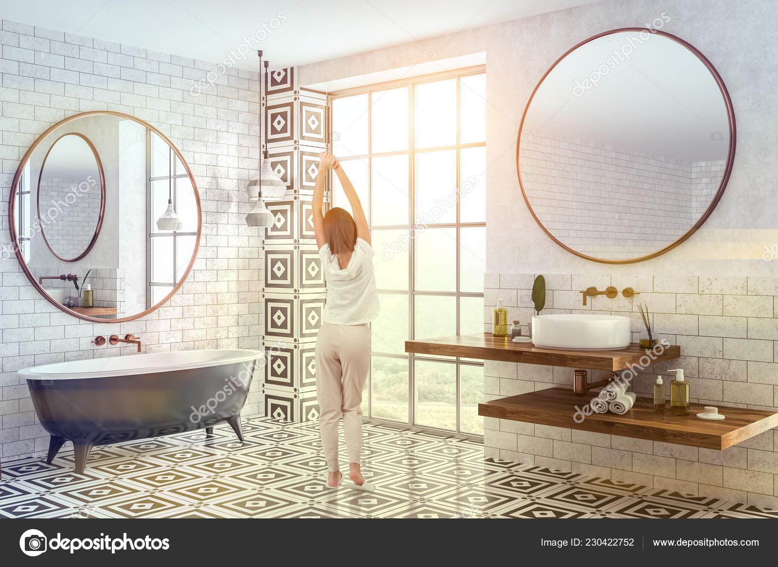 Mujer Interior Cuarto Baño Moderno Con Paredes Ladrillo ...