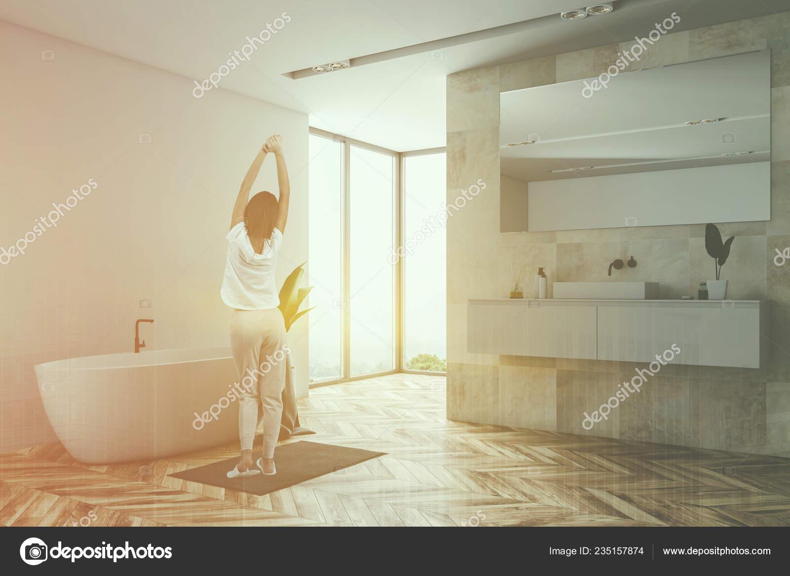 Mujer Esquina Del Cuarto Baño Loft Con Paredes Azulejos ...