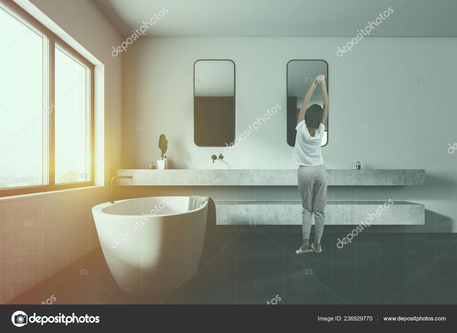 Donna bagno con pareti bianche nero piastrella pavimento grande