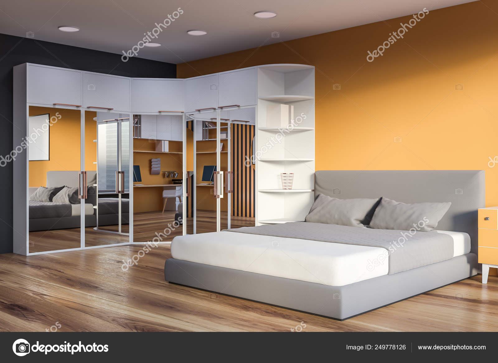 Angolo di giallo e grigio camera da letto con armadio — Foto ...