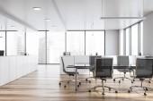 Moderní bílé prázdné kanceláře interiér s deska stolu. 3D vykreslování.