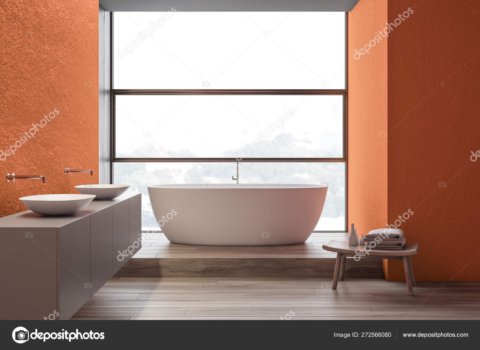 Interno bagno arancione, doppio lavandino e vasca — Foto ...