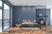 Interiér modré ložnice, balkon a domácí kancelář