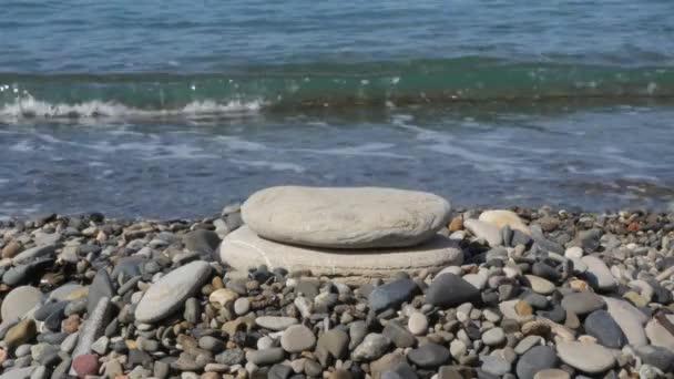 Budovat pyramidy kameny na pláži