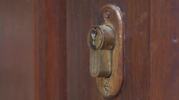 Mano di sblocco con serratura chiave