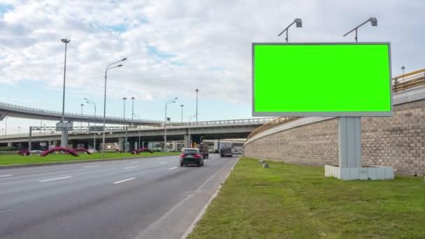 Billboard zelené obrazovky chromakey poblíž dálnice