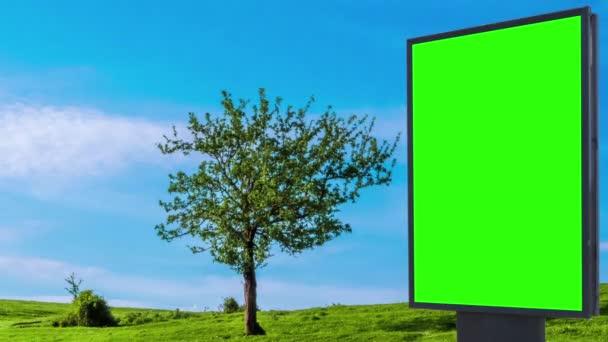 Billboard zelená obrazovka na pozadí stromu na zelené louce