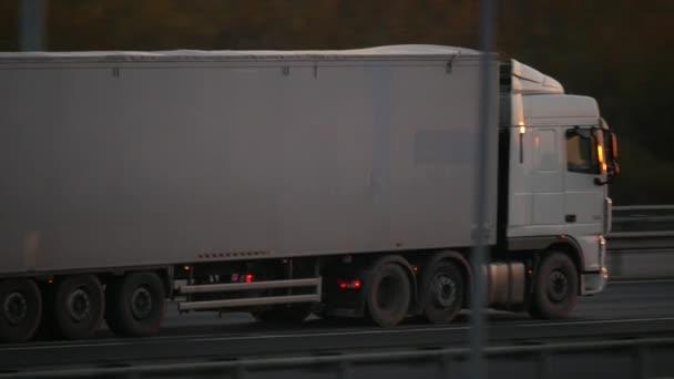 Saint-Petersburg. Rusko. 30.10.2018.truck na dálnici