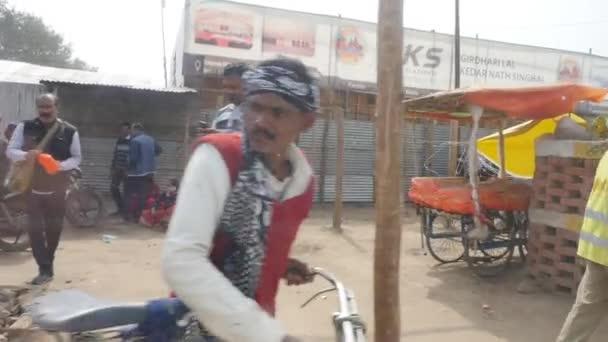 Menschen auf den Straßen der indischen Stadt