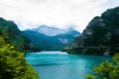 Blauer See in der Nähe grüner Bäume und Berge