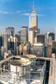 Der atemberaubende Blick auf Hongkongs Stadtbild voller Wolkenkratzer vom Dach.