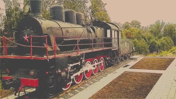 Alte Dampflokomotive auf dem Hintergrund des Himmels, Russland