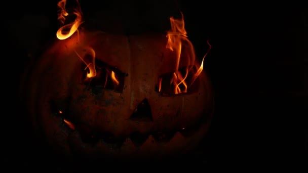 Strašidelný dýňový Jack-o-lucerna tváří v očích temnoty. 4k. Halloween představa. Šílený a strašlivý výraz obličeje.
