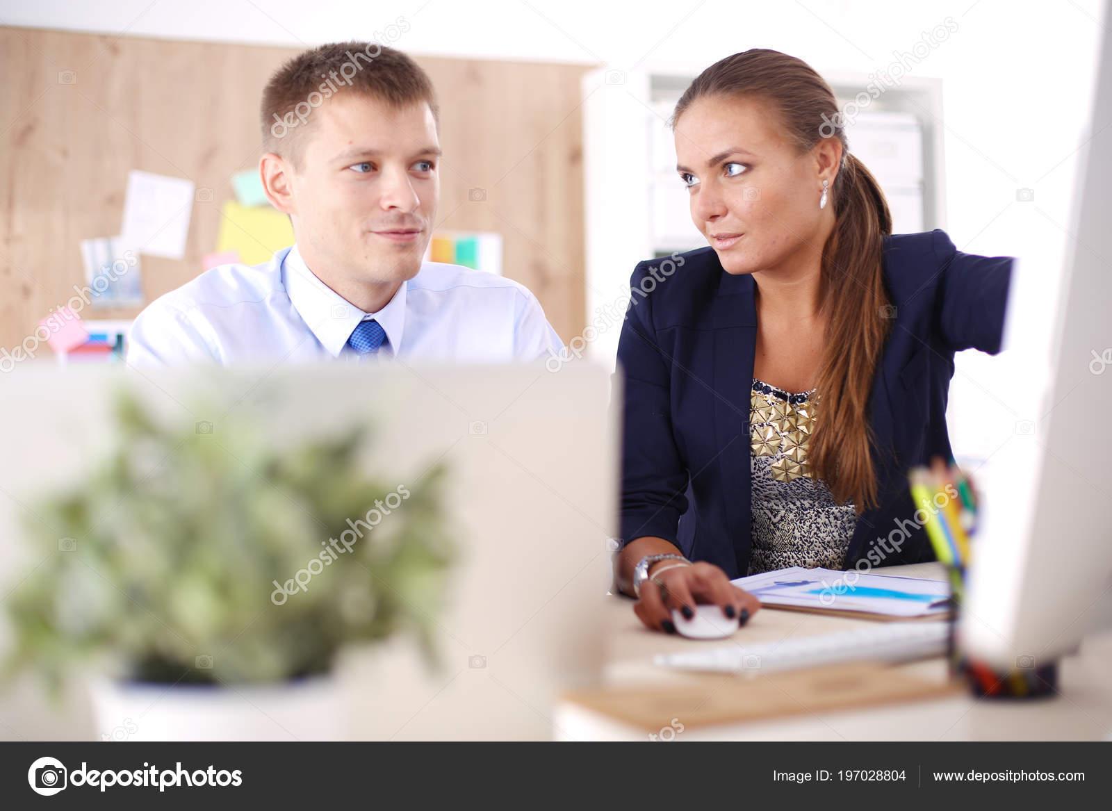 Merveilleux Junge Frau Im Büro, Am Schreibtisch Arbeiten. Junge Frau. Partner U2014 Foto  Von Shefkate