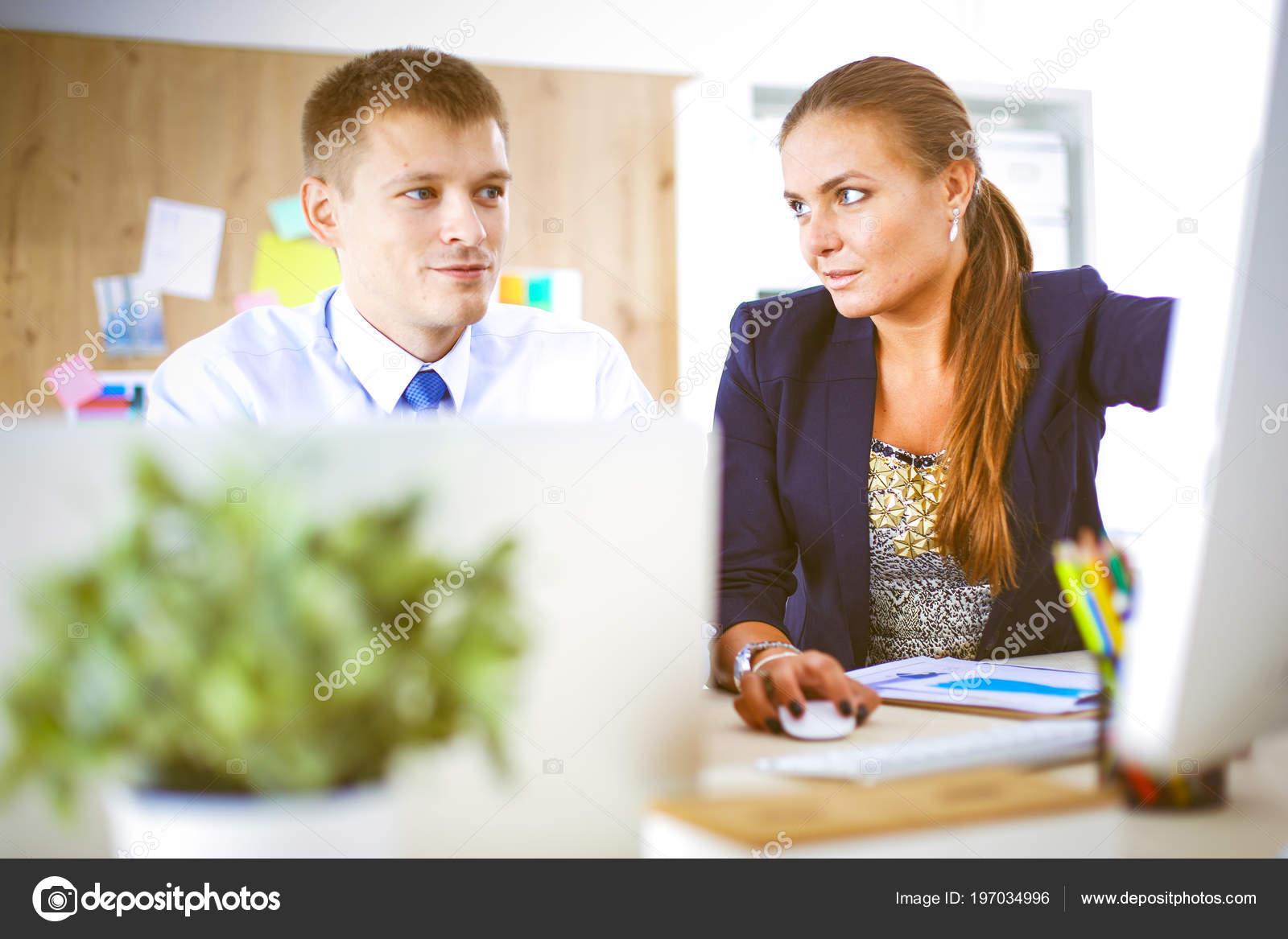 Junge Frau im Büro, am Schreibtisch arbeiten. Junge Frau. Partner ...