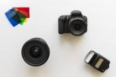 základní fotografické vybavení, blesk, čočka, barevné gely