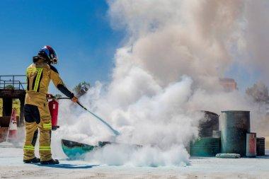 itfaiyeci yangın söndürücü ile yangın söndürme