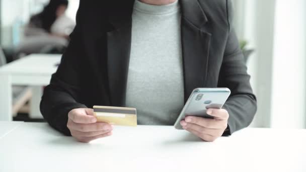 Üzletasszony fogyasztói kiadások hitelkártyával és okostelefonnal online vásárláshoz.