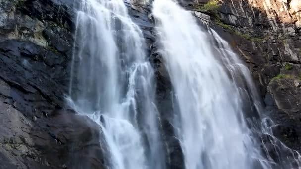 Skjervsfossen norský orientační bod vysoce výkonný kaskádový vodopád. Příroda cestování čisté padající vody krajina video