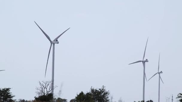Větrné elektro generátory rotující na šedé obloze. Zelená eko energie budoucnosti na venkově. Ukrajinské turbíny, výroba elektřiny