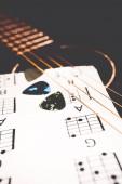 Chitarra acustica sullo sfondo della musica