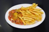 Pommes Currywurst mit scharfer Sosse