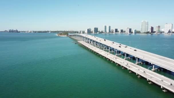 Nádherná 4k letecká vzdušná silnice na obrovský ocelový most přes tyrkysově modrý oceán