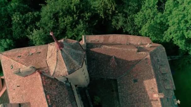 Majestic 4k vzdušná panoramatický pohled na starodávný středověký hrad na zeleném kopci v provincii vinné loděnice