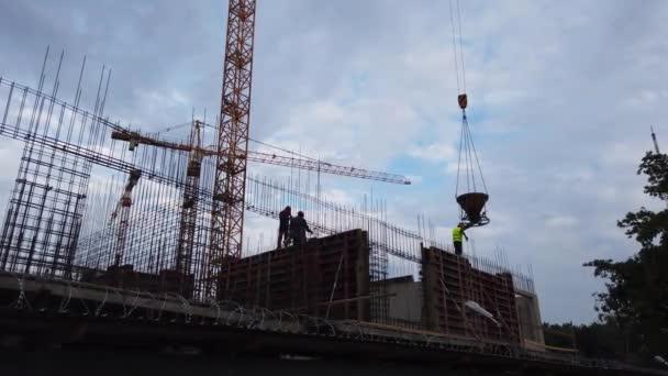 Proces budování nových domů ve městě