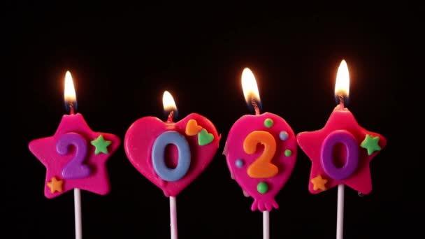 rozsvícení počtu 2020 svíček pro šťastný nový rok na černém pozadí