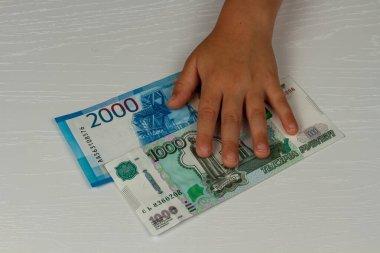 Çocuk, Coronavirus döneminde devletten para almış.
