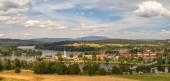 Sommerlandschaft im Tal der Stadt Frymburk in der Nähe des Lipno-Stausees, im Vordergrund eine Wiese. Tschechische Republik