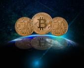 Closeup tři bitcoiny makety s odleskem část země s vzestup a objektiv odlesk slunce nad na pozadí Mléčné dráhy, kryptoměn vysoké riziko koncept, prvky tohoto obrázku jsou podle Nasa