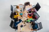 Top scena di persone asiatiche e multietnici business con abito casual seduta e coordinamento mano con azione felice per il lavoro di squadra nel posto di lavoro moderno, persone business group concetto