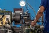 Fényképek Gépész szakmai kézzel eszterga gép, szerszámgép gyár, eszterga fémmegmunkálás ipari koncepció használata