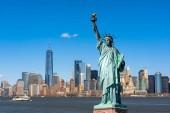 Socha svobody nad scénou města New York na břehu řeky, kde se nachází dolní Manhattan, Architektura a budova s turistickým konceptem