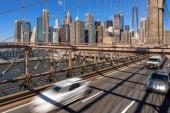 Provoz v ranní dopravní špičce před pracovním dnem na brooklynském mostě přes New Yorské pozadí panoráma, USA, Spojené státy, obchodní a dopravní koncepce