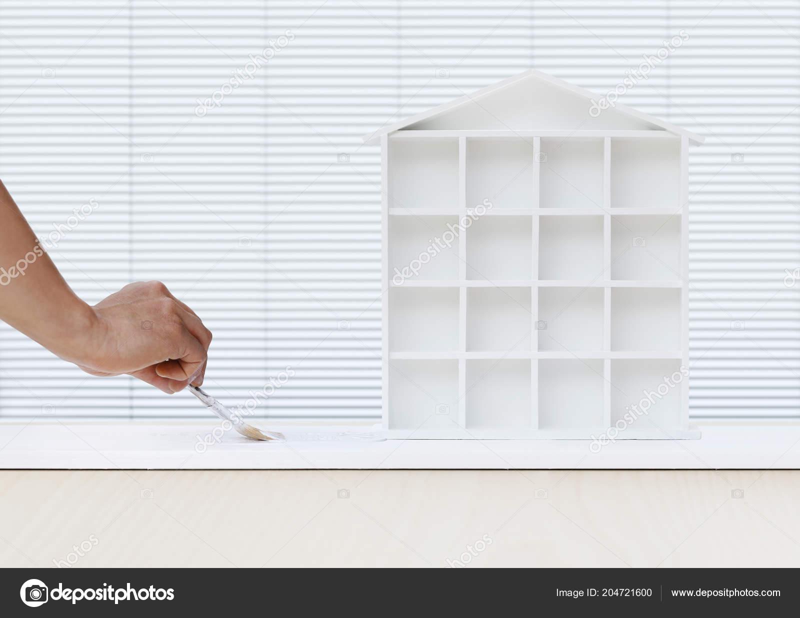 Main De Lu0027homme Du Peintre Peinture Brosse MODELE Maison Peinture Blanche à  Bord, Le Concept De Service à Domicile, Modèle De Bannière Blanc Avec  Espace De ...
