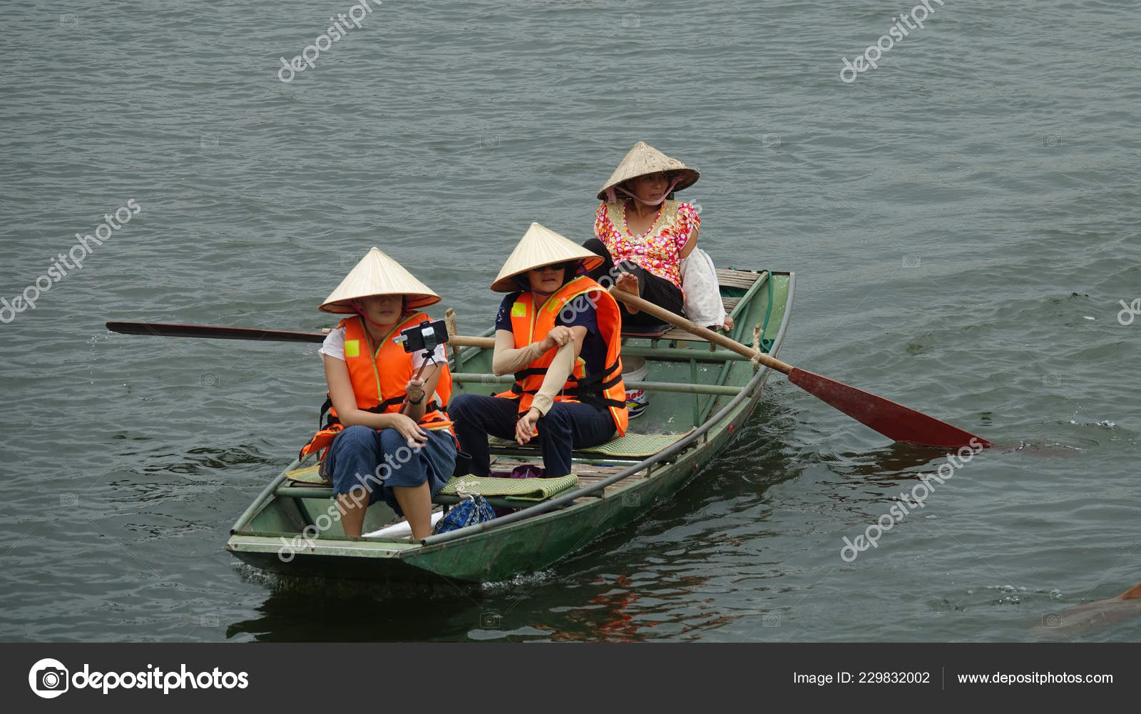 Three Asian Women Paddling Small Wooden Boat Scenic River Rural — Stock  Photo