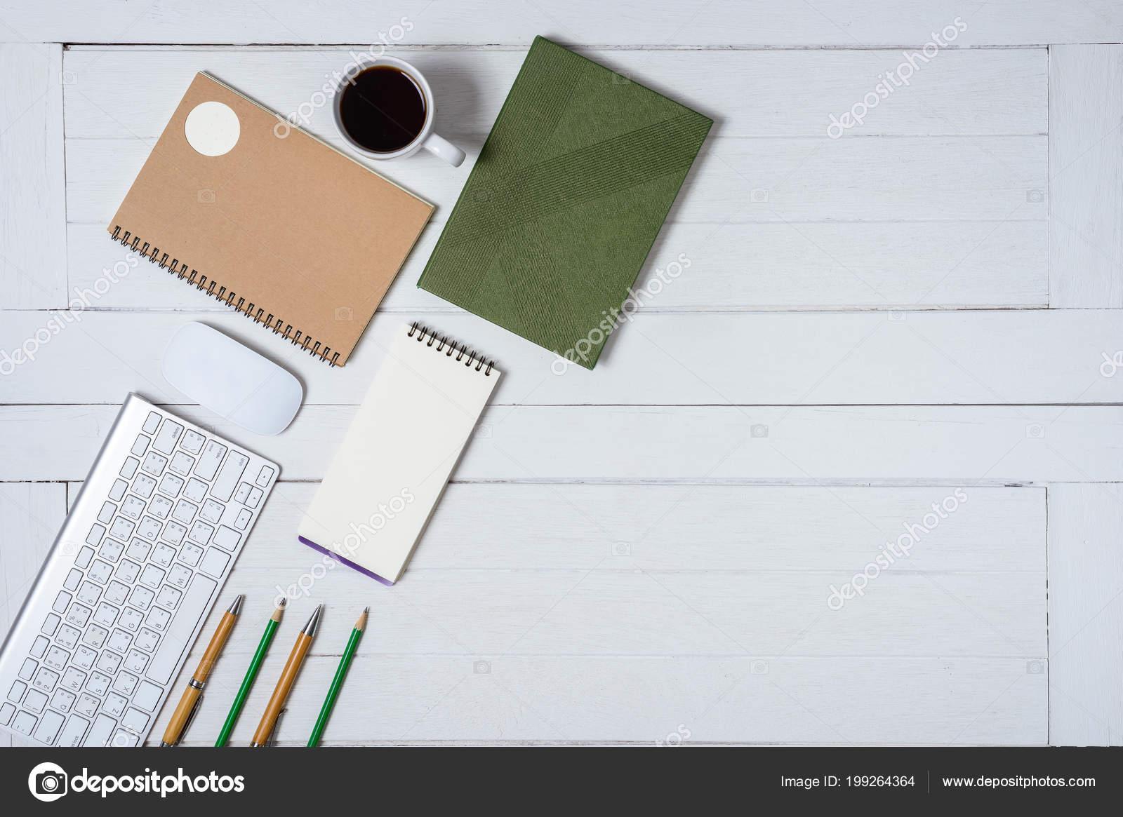 Table bureau bureau blanc bois avec une tasse café cahier