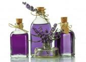 Fényképek Három palack egy illatos tinktúra, levendula és friss ágaikat a elszigetelt fehér háttér