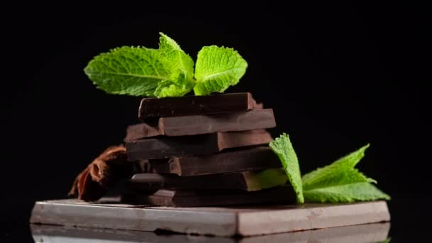čokoláda. tmavá čokoládová tyčinka s mátovým listem rotující. Cukrárna, koncepce cukrovinek.