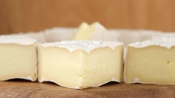 měkký sýr Camembertova rotace. Lahodné kousky bílých forem sýrů s měkkými texturami Camembert zblízka