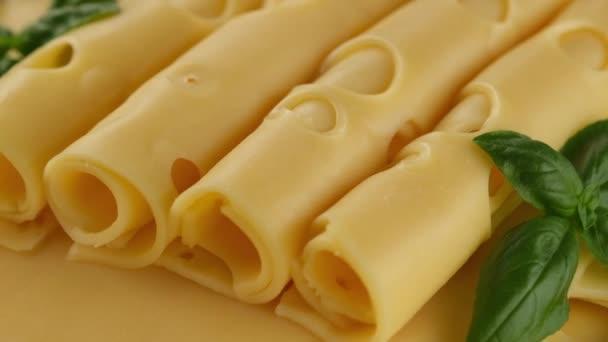 zlato Nizozemsko nebo švýcarský sýr s bazalkovým listem rotující