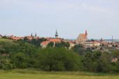 Blick auf das historische Zentrum von Znojmo, Tschechische Republik. Mehrere Türme - gotische Kirche des Hl. Nikolaus, spätgotischer Rathaussturm und Burg Znojmo mit romanischer Katharinenrotunde.