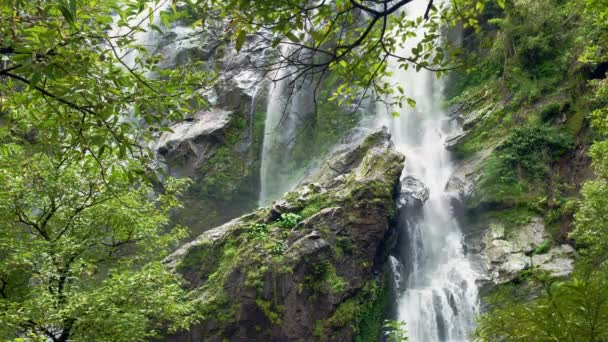 Krásný vodopád v národním parku lese v Khlong Lan Waterfall, Thajsko Kamphaeng Phet