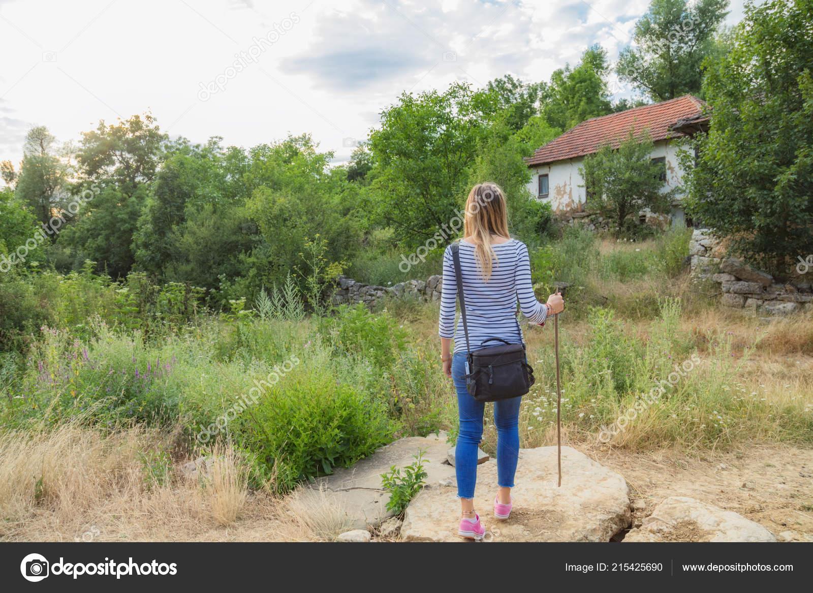 Фото на природе в деревне девушки