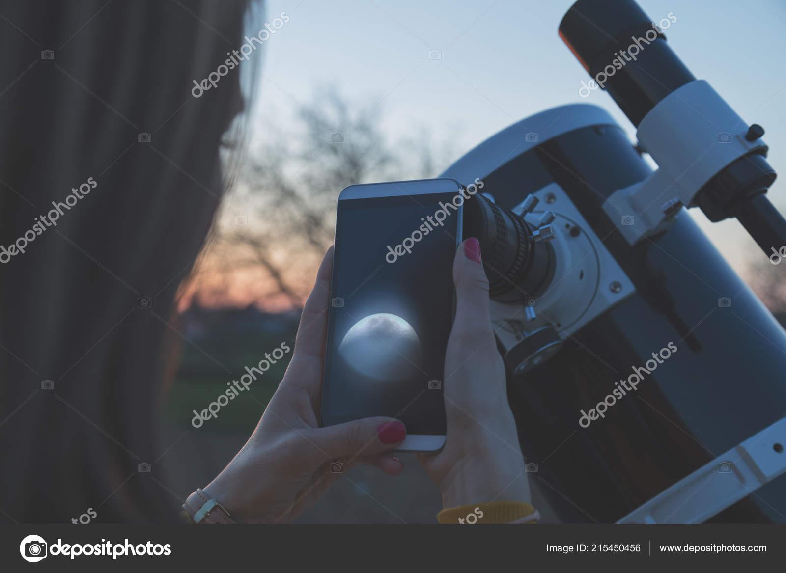 Fotografieren den mond durch ein teleskop mit handy u2014 stockfoto