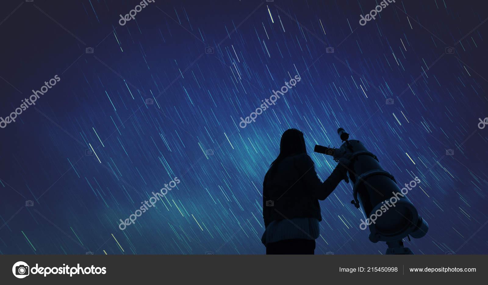 Blick auf die sterne durch ein fernrohr mädchen u stockfoto